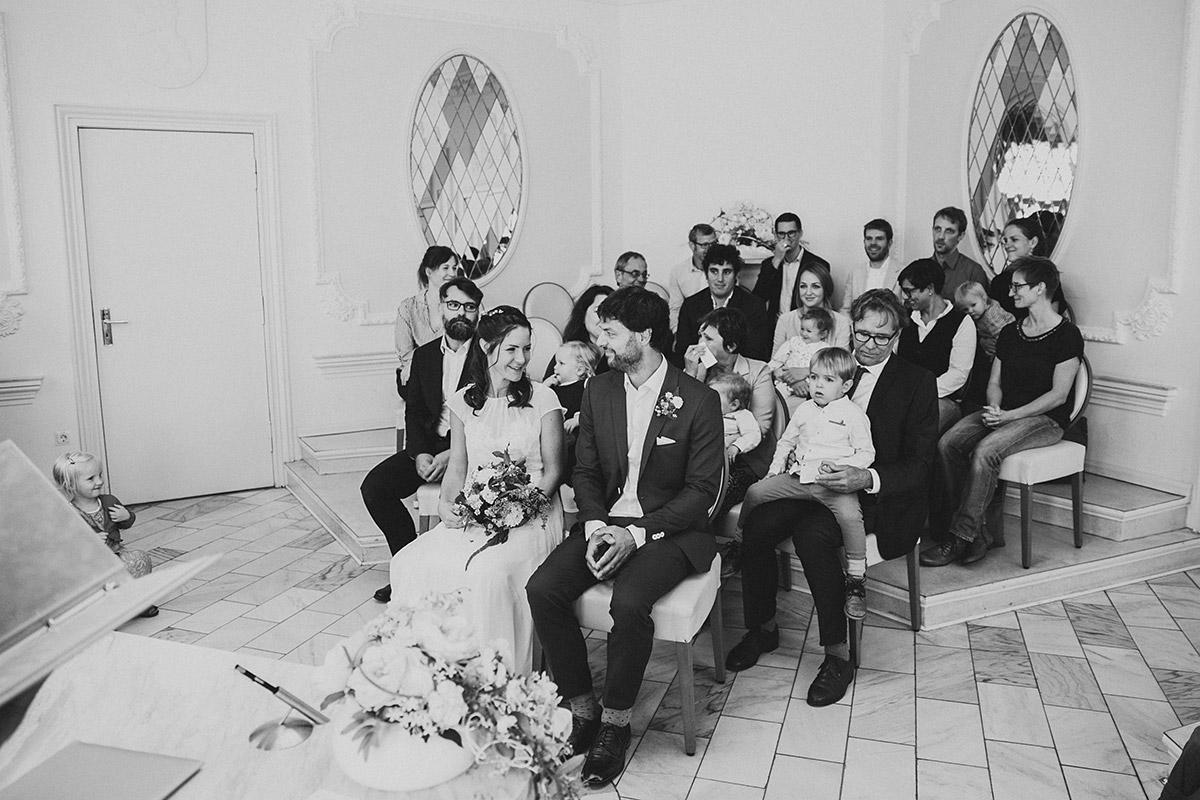 Hochzeitsfoto von Brautpaar und Hochzeitsgesellschaft bei standesamtlicher Trauung im Rathaus Köpenick - Standesamt Berlin Köpenick Hochzeitsfotograf © www.hochzeitslicht.de