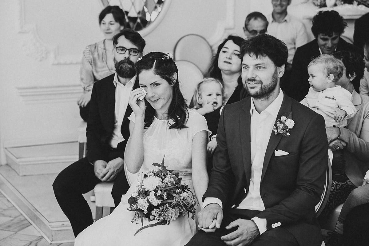 ungestelltes Hochzeitsfoto vom Brautpaar bei standesamtlicher Trauung im Rathaus Köpenick - Standesamt Berlin Köpenick Hochzeitsfotograf © www.hochzeitslicht.de