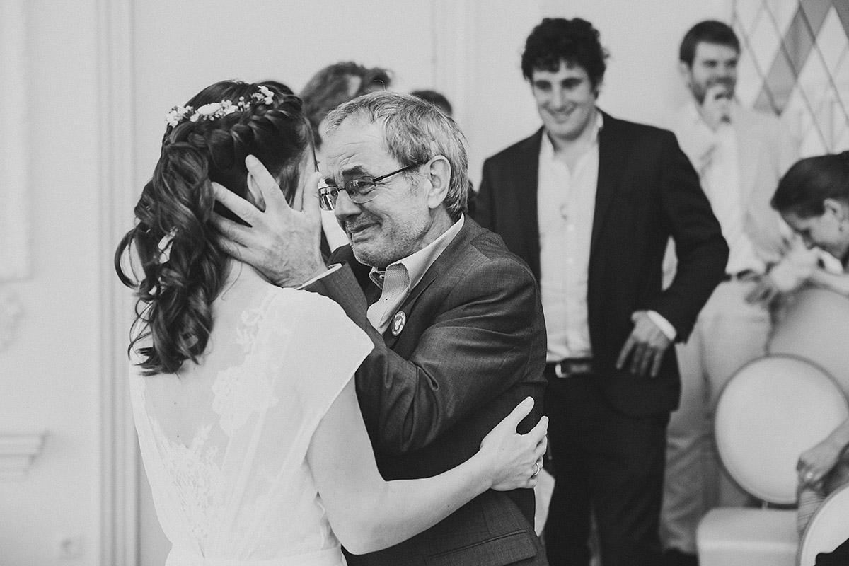 emotionales Hochzeitsfoto von Braut mit Vater bei Gratulation nach Trauung im Standesamt Köpenick - Standesamt Berlin Köpenick Hochzeitsfotograf © www.hochzeitslicht.de