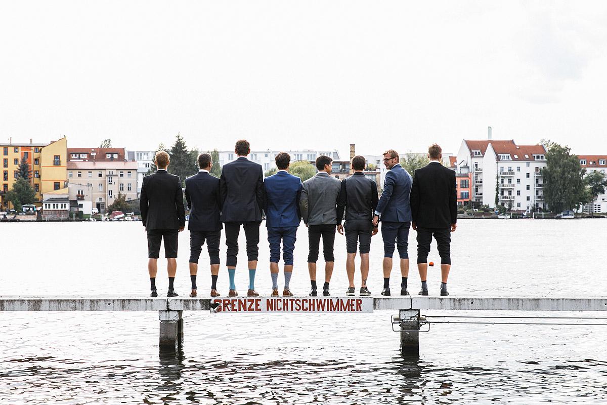 lustiges Gruppenfoto von Bräutigam mit Freunden auf Steg - Standesamt Berlin Köpenick Hochzeitsfotograf © www.hochzeitslicht.de