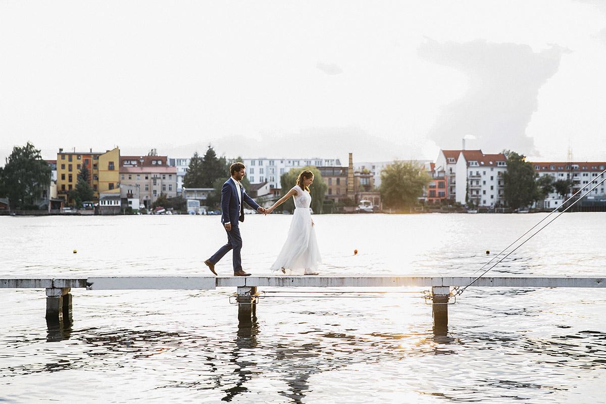 romantisches Hochzeitsfoto von Brautpaar auf Steg bei Abendlicht - Standesamt Berlin Köpenick Hochzeitsfotograf © www.hochzeitslicht.de