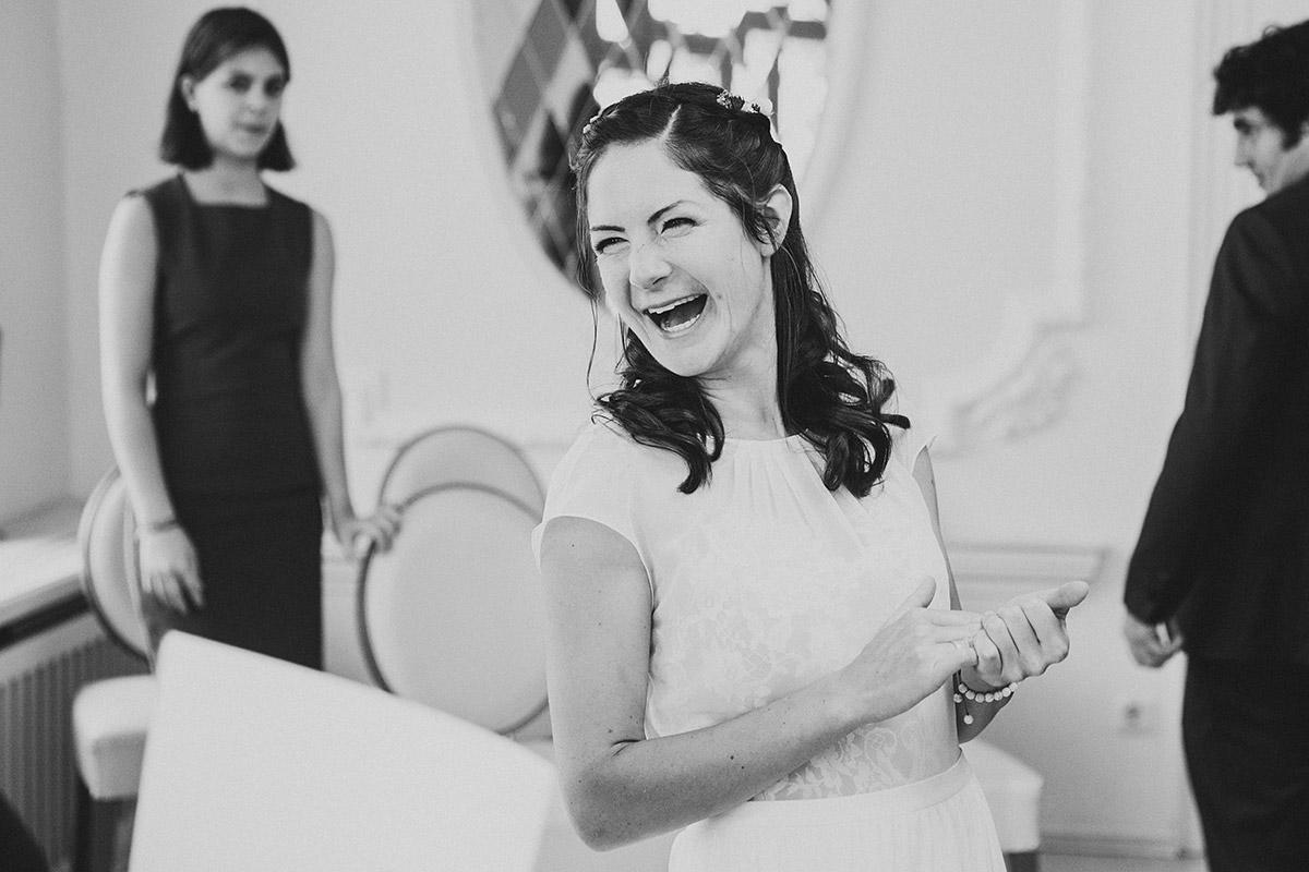 ungestelltes Hochzeitsfoto von lachender Braut nach Trauung im Rathaus Köpenick - Standesamt Berlin Köpenick Hochzeitsfotograf © www.hochzeitslicht.de