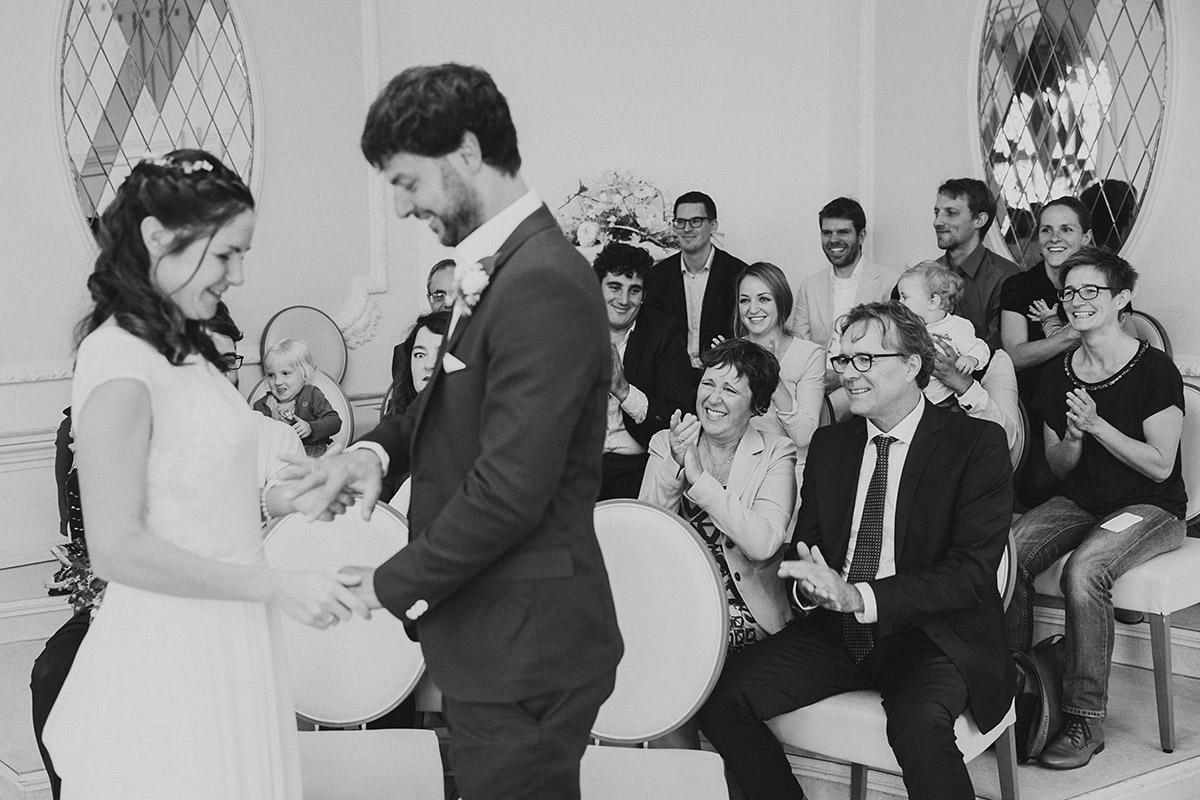 Hochzeitsreportagefoto vom Ringtausch bei Trauung im Rathaus Köpenick - Standesamt Berlin Köpenick Hochzeitsfotograf © www.hochzeitslicht.de