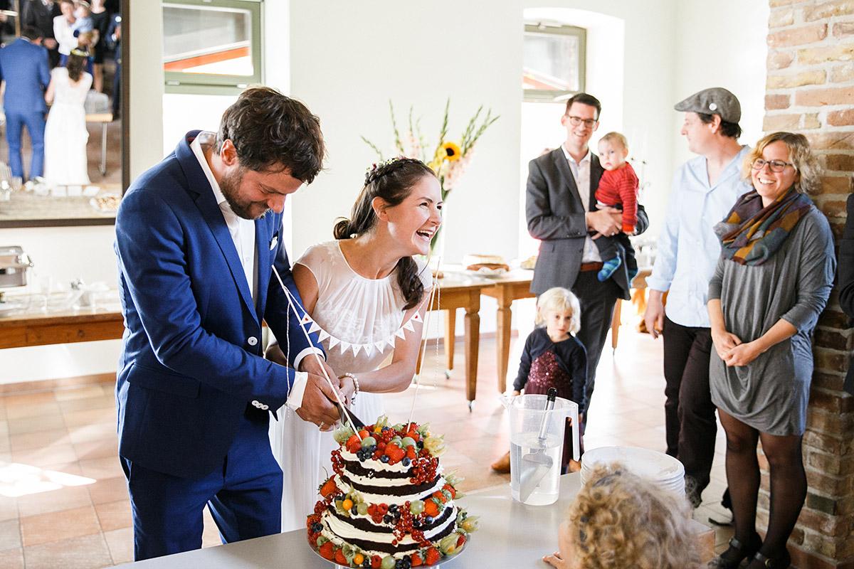 Hochzeitsreportagefoto vom Anschneiden der Hochzeitstorte - Standesamt Berlin Köpenick Hochzeitsfotograf © www.hochzeitslicht.de