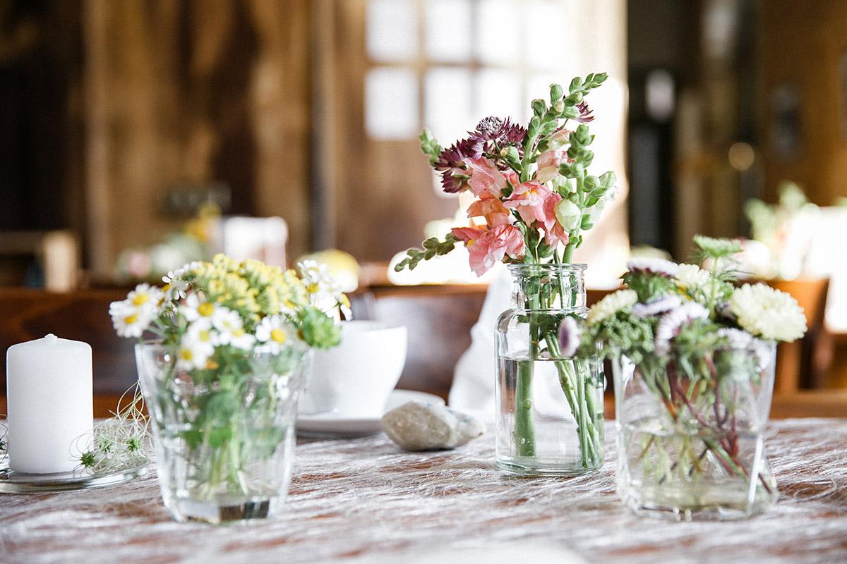 Detailfoto von sommerlicher Tischdekoration bei Hochzeitsfeier im Restaurant Krokodil Köpenick - Standesamt Berlin Köpenick Hochzeitsfotograf © www.hochzeitslicht.de