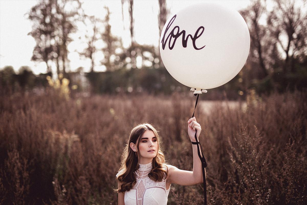 Model mit kurzärmeligem Spitzenkleid mit Love-Ballon bei Editorial Fotoshoot - Herbst Hochzeit Berlin Hochzeitsfotograf © www.hochzeitslicht.de