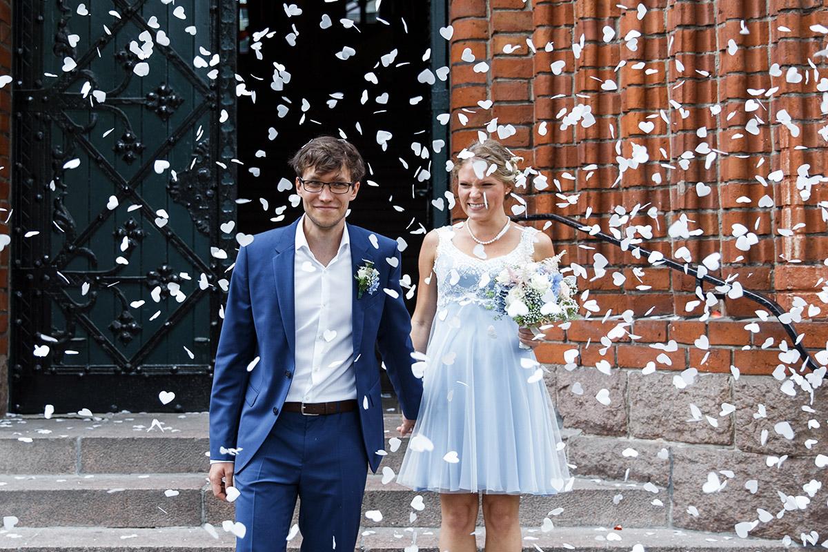 Hochzeitsfoto Feier Auszug Brautpaar mit weißem Herzkonfetti - Standesamt Rathaus Schmargendorf Berlin Hochzeitsfotograf © www.hochzeitslicht.de