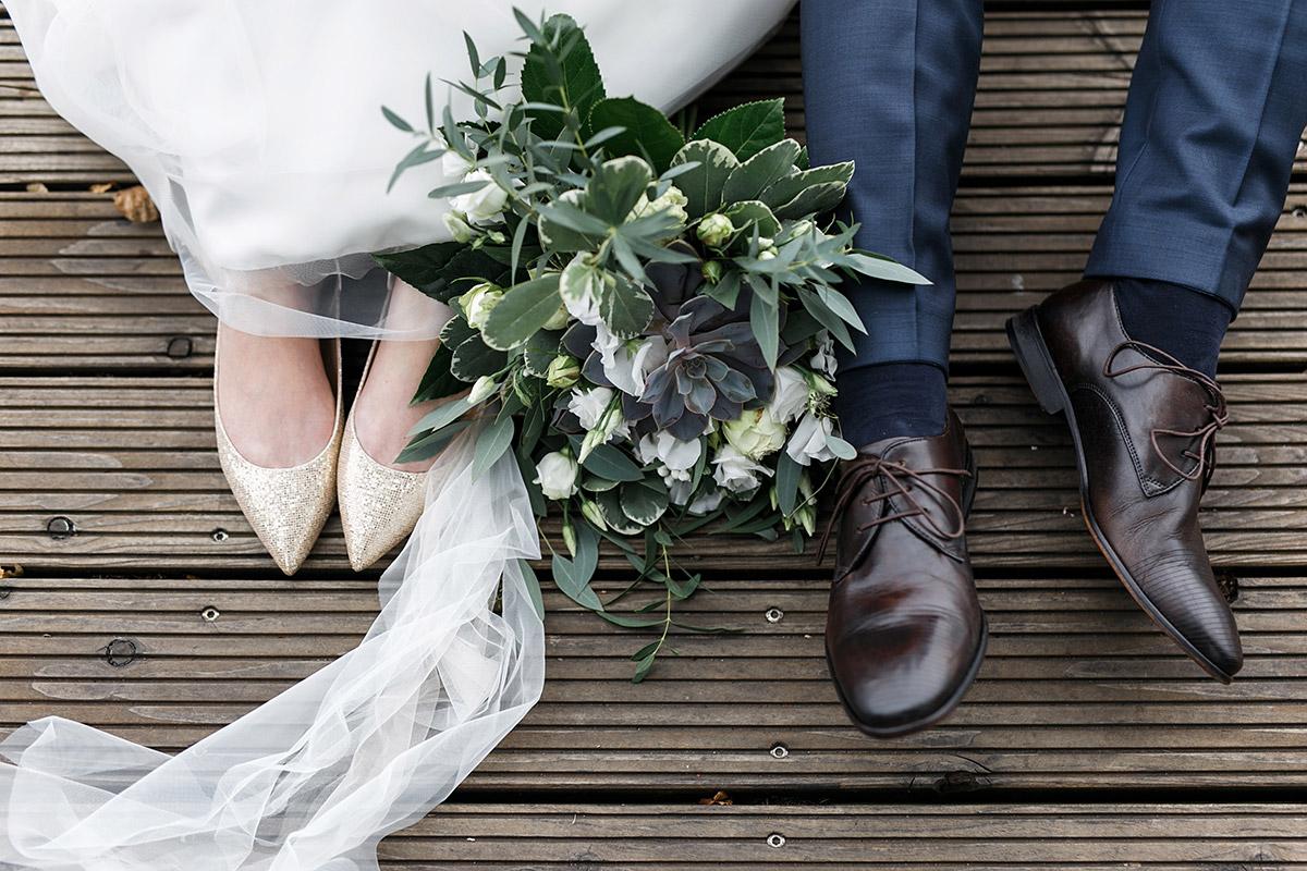 modernes Brautpaarfoto von Schuhen und Brautstrauß - Café Wildau Hochzeitsfotograf © www.hochzeitslicht.de