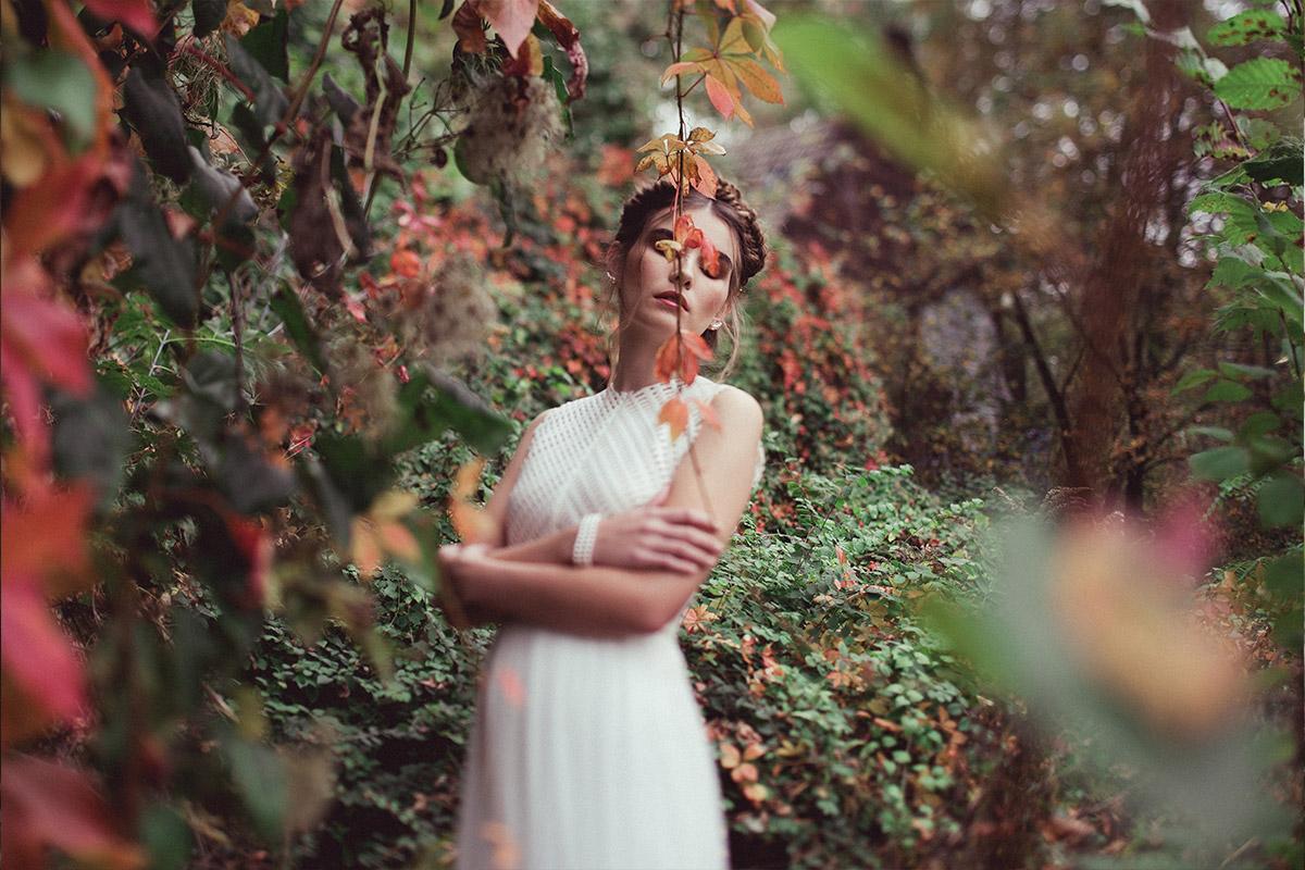 Braut in Brautoutfit aus Seide und Neopren - Herbst Hochzeit Berlin Hochzeitsfotograf © www.hochzeitslicht.de