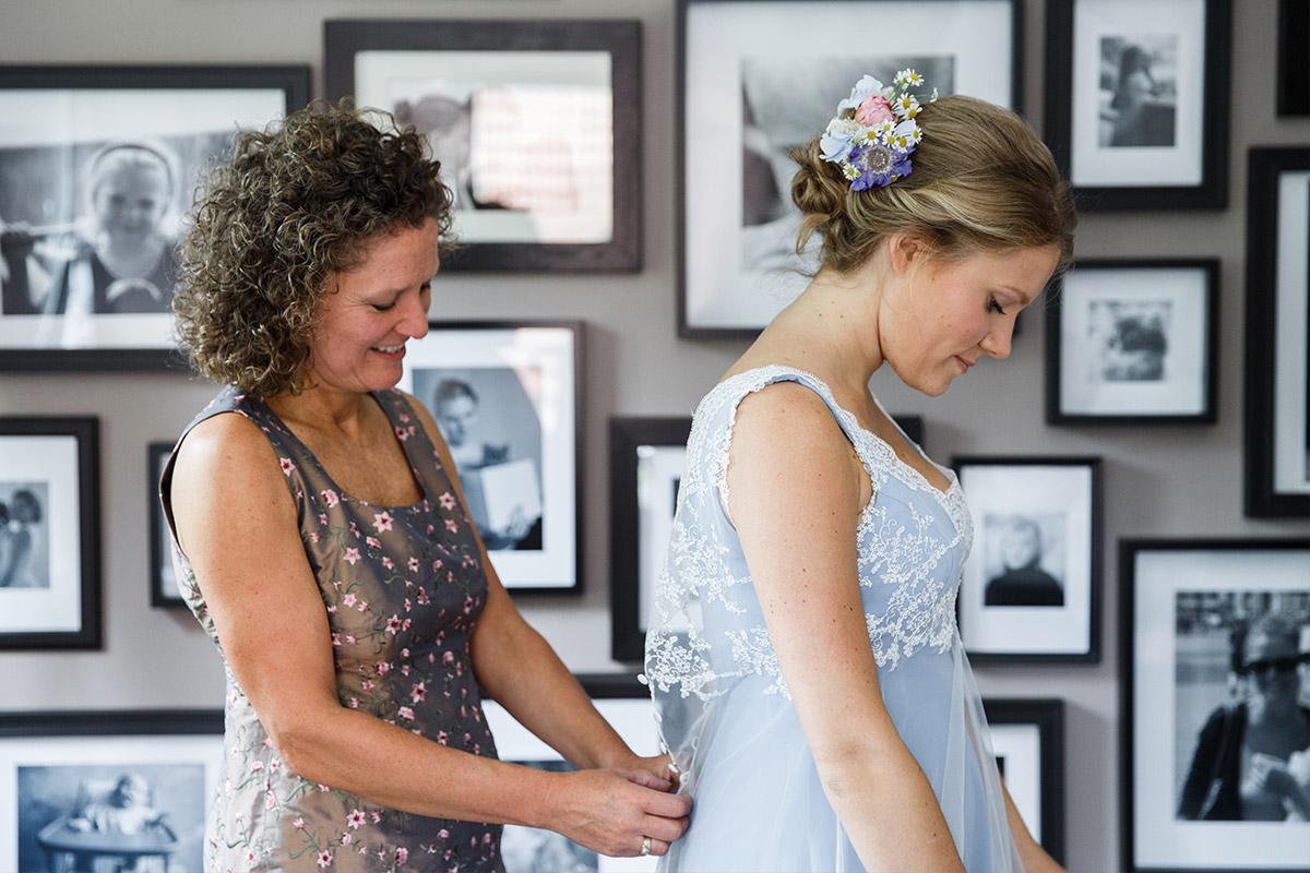 Hochzeitsfoto vom Ankleiden der Braut - Standesamt Rathaus Schmargendorf Berlin Hochzeitsfotograf © www.hochzeitslicht.de