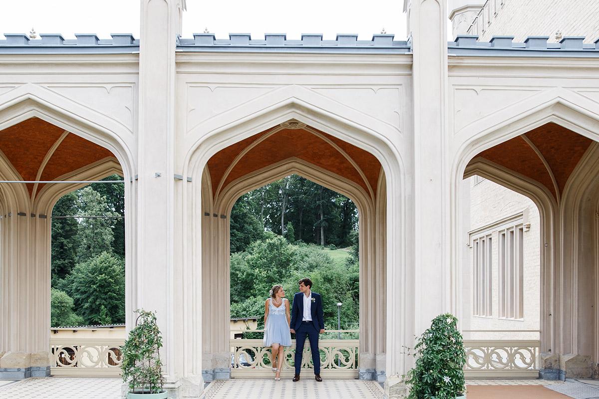 Brautpaarfoto auf Schloss Babelsberg Potsdam - Standesamt Rathaus Schmargendorf Berlin Hochzeitsfotograf © www.hochzeitslicht.de