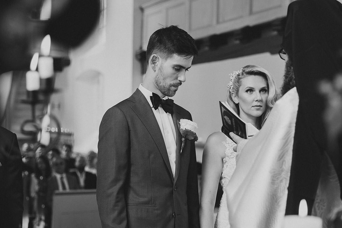 ungestelltes Hochzeitsfoto von Brautpaar bei griechisch-orthodoxer Trauung - Schloss Ziethen Kremmen Hochzeitsfotograf © www.hochzeitslicht.de