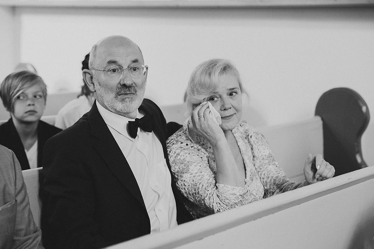authentisches Hochzeitsfoto von gerührten Hochzeitsgästen bei Trauung - Schloss Ziethen Kremmen Hochzeitsfotograf © www.hochzeitslicht.de