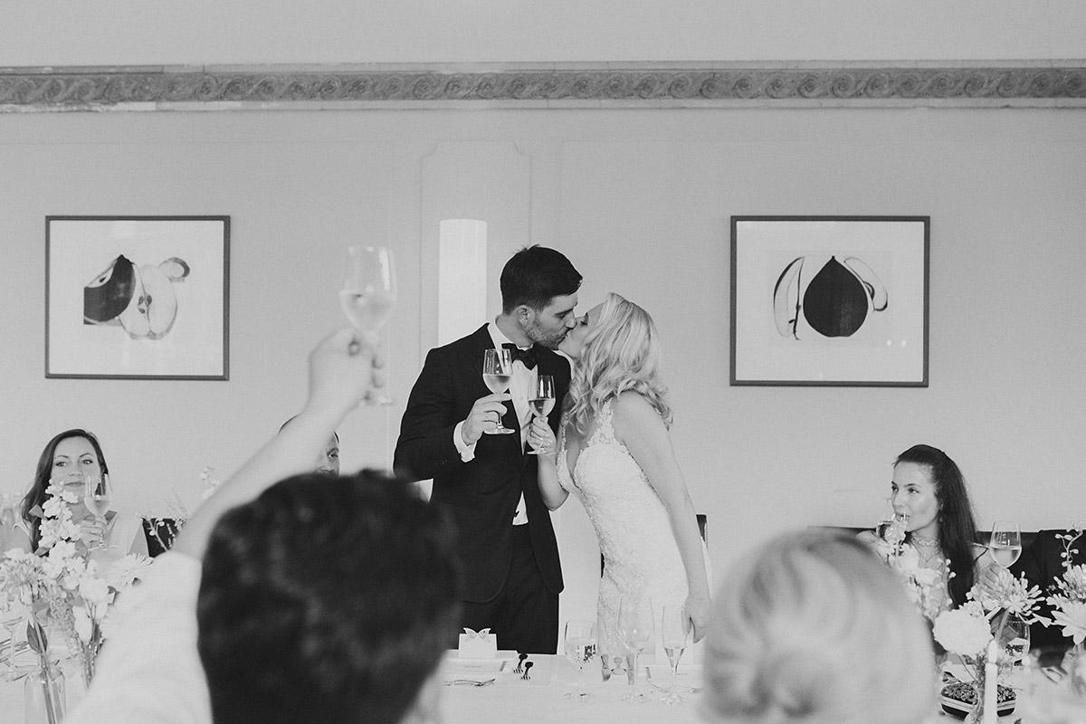 schwarz-weiß Hochzeitsfoto bei Toast während Hochzeitsfeier - Schloss Ziethen Kremmen Hochzeitsfotograf © www.hochzeitslicht.de