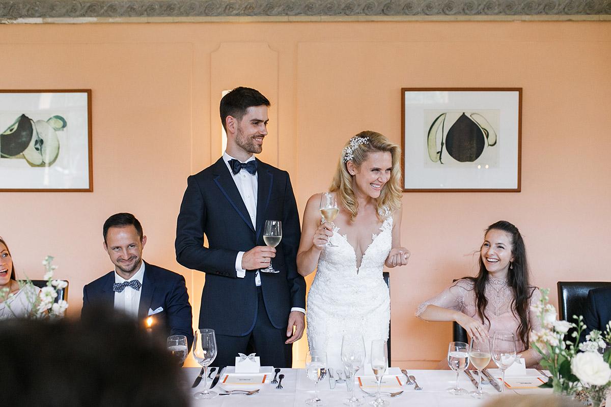 ungestelltes Foto bei Rede des Brautpaares - Schloss Ziethen Kremmen Hochzeitsfotograf © www.hochzeitslicht.de