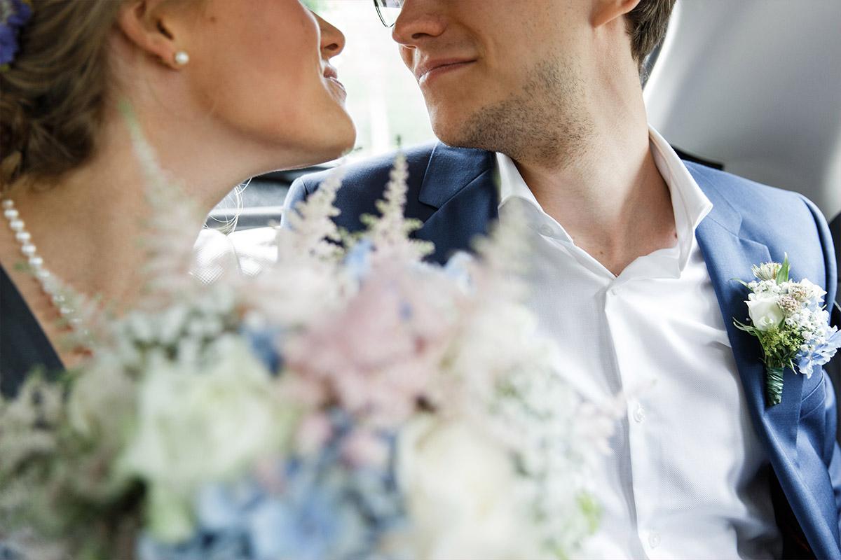 modernes Brautpaarfoto im Hochzeitsauto- Standesamt Rathaus Schmargendorf Berlin Hochzeitsfotograf © www.hochzeitslicht.de