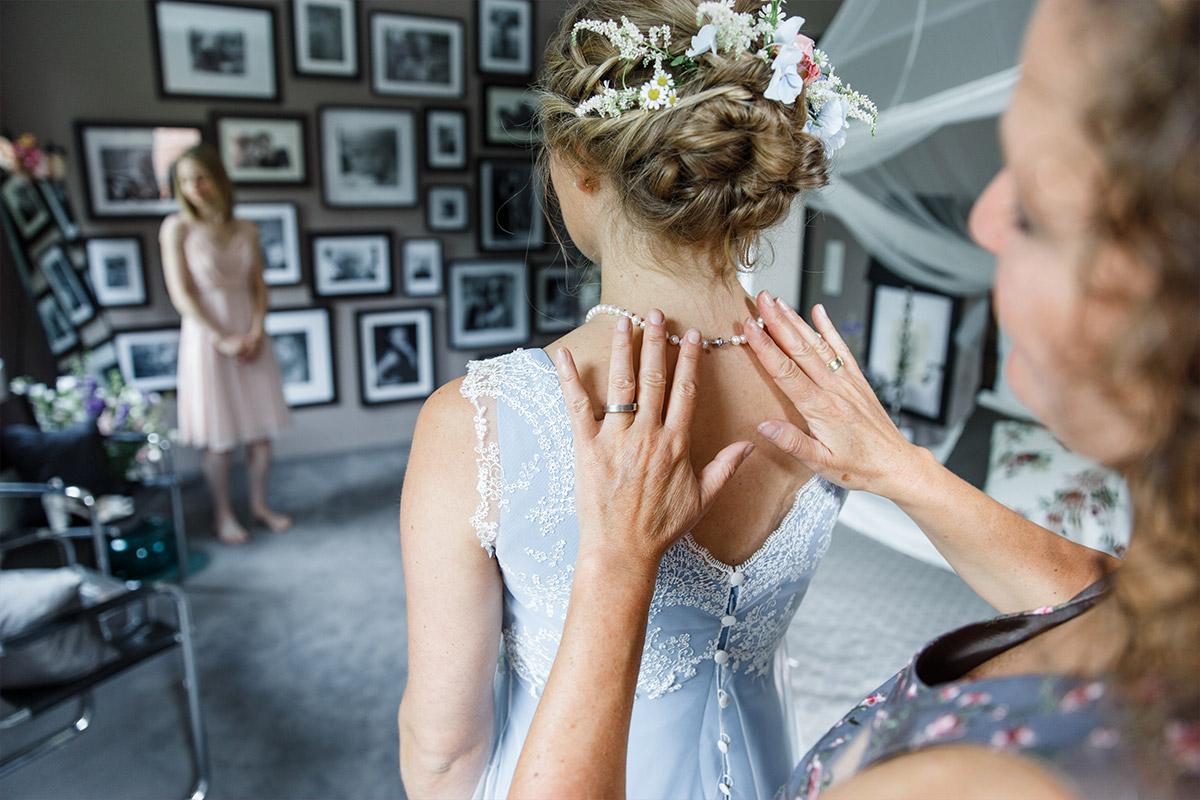 Hochzeitsreportagefotografie vom Anlegen des Brautschmucks - Standesamt Rathaus Schmargendorf Berlin Hochzeitsfotograf © www.hochzeitslicht.de