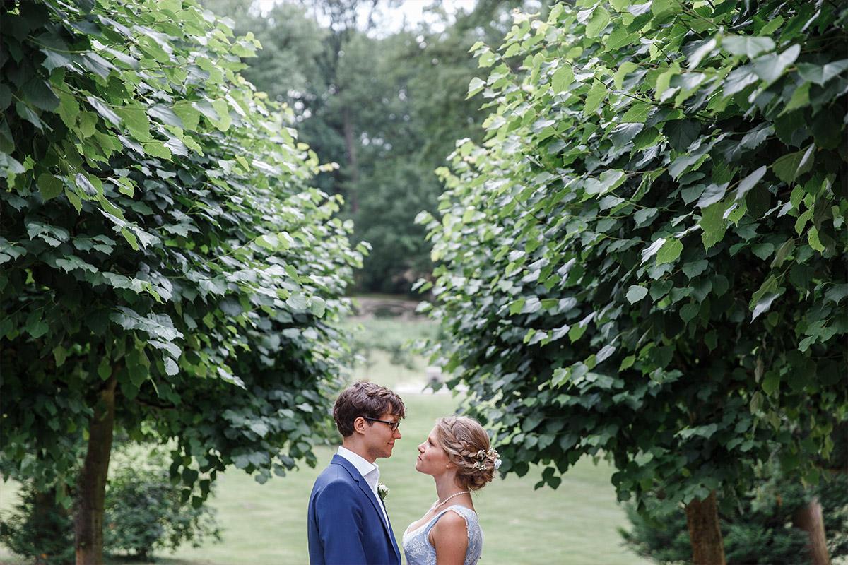 modernes Hochzeitsfoto von Brautpaar im Garten Schloss Babelsberg Potsdam - Standesamt Rathaus Schmargendorf Berlin Hochzeitsfotograf © www.hochzeitslicht.de