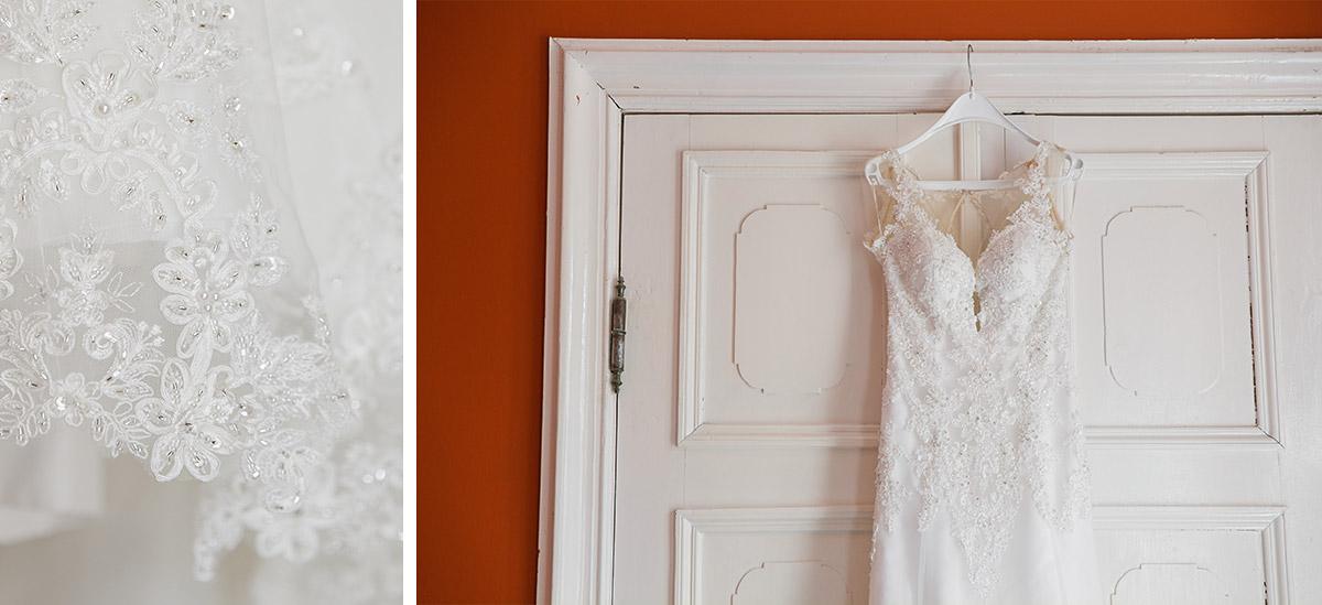 Detailfoto von Brautkleid mit Spitze und tiefem Ausschnitt und transparentem Rücken - Schloss Ziethen Kremmen Hochzeitsfotograf © www.hochzeitslicht.de