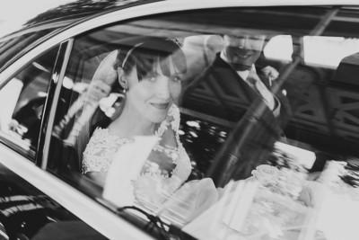 Hochzeitsreportagefoto von Brautpaar nach Trauung in Hochzeitsauto - Hotel de Rome Berlin Hochzeitsfotograf © www.hochzeitslicht.de
