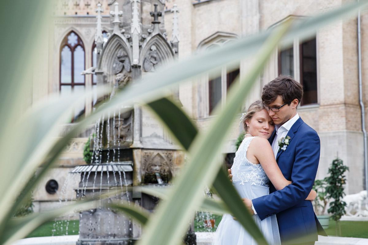 modernes Hochzeitsfoto von Brautpaar im Schloss Babelsberg Potsdam - Standesamt Rathaus Schmargendorf Berlin Hochzeitsfotograf © www.hochzeitslicht.de