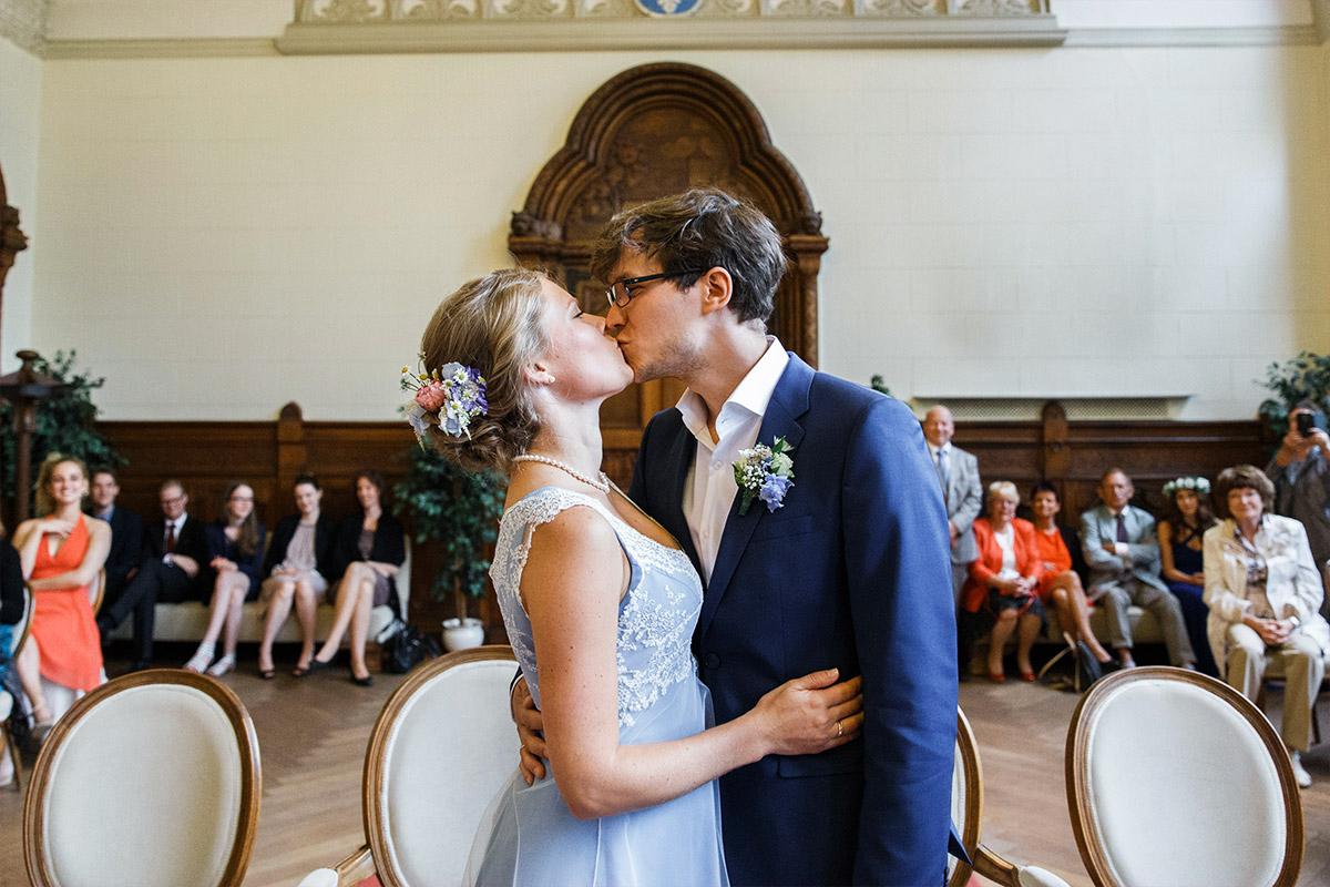 Hochzeitsreportagefoto vom Kuss bei Ja-Wort - Standesamt Rathaus Schmargendorf Berlin Hochzeitsfotograf © www.hochzeitslicht.de
