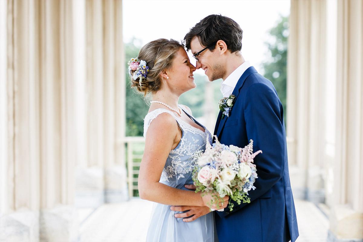 verliebtes Brautpaarfoto bei Fotoshooting auf Schloss Babelsberg - Standesamt Rathaus Schmargendorf Berlin Hochzeitsfotograf © www.hochzeitslicht.de