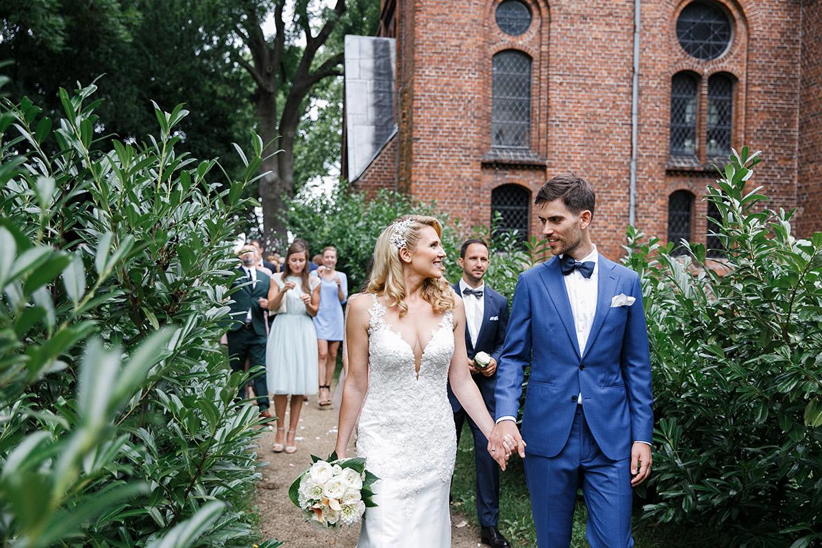 Auszug des Brautpaares - Schloss Ziethen Kremmen Hochzeitsfotograf © www.hochzeitslicht.de