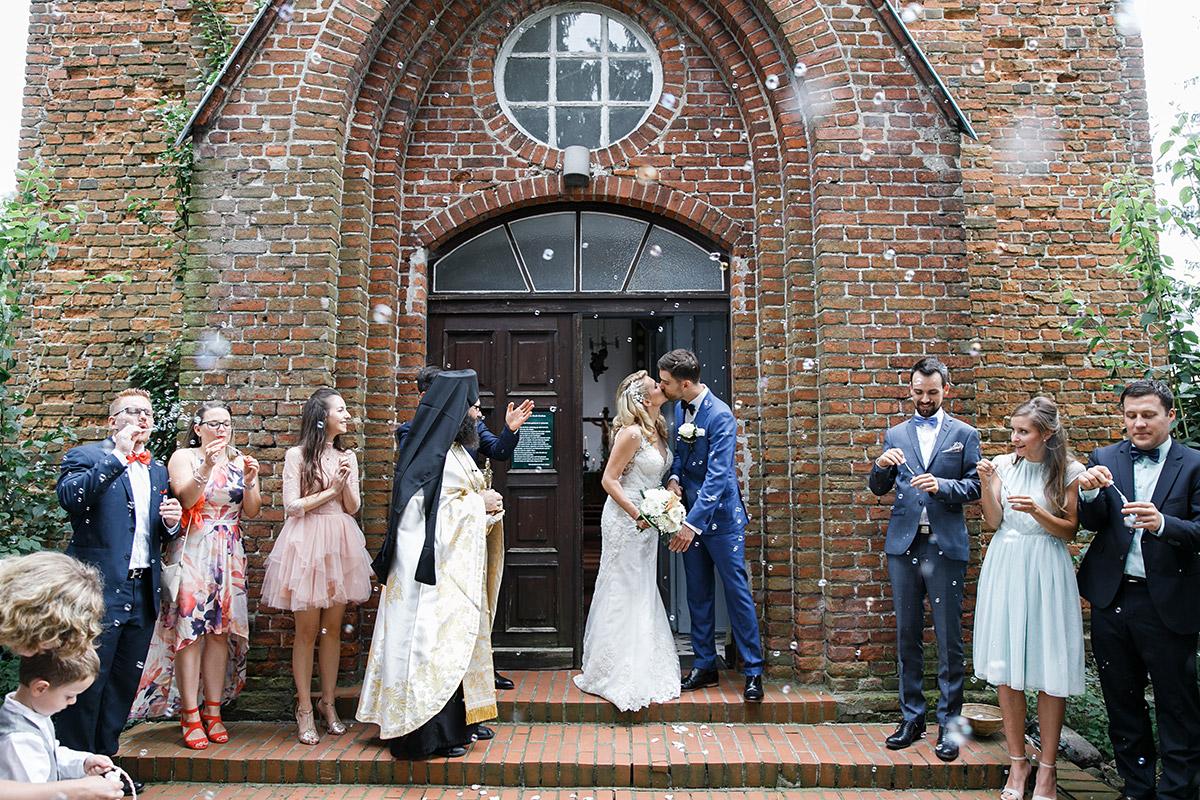 romantisches Hochzeitsfoto bei Auszug des Brautpaares aus Kirche - Schloss Ziethen Kremmen Hochzeitsfotograf © www.hochzeitslicht.de