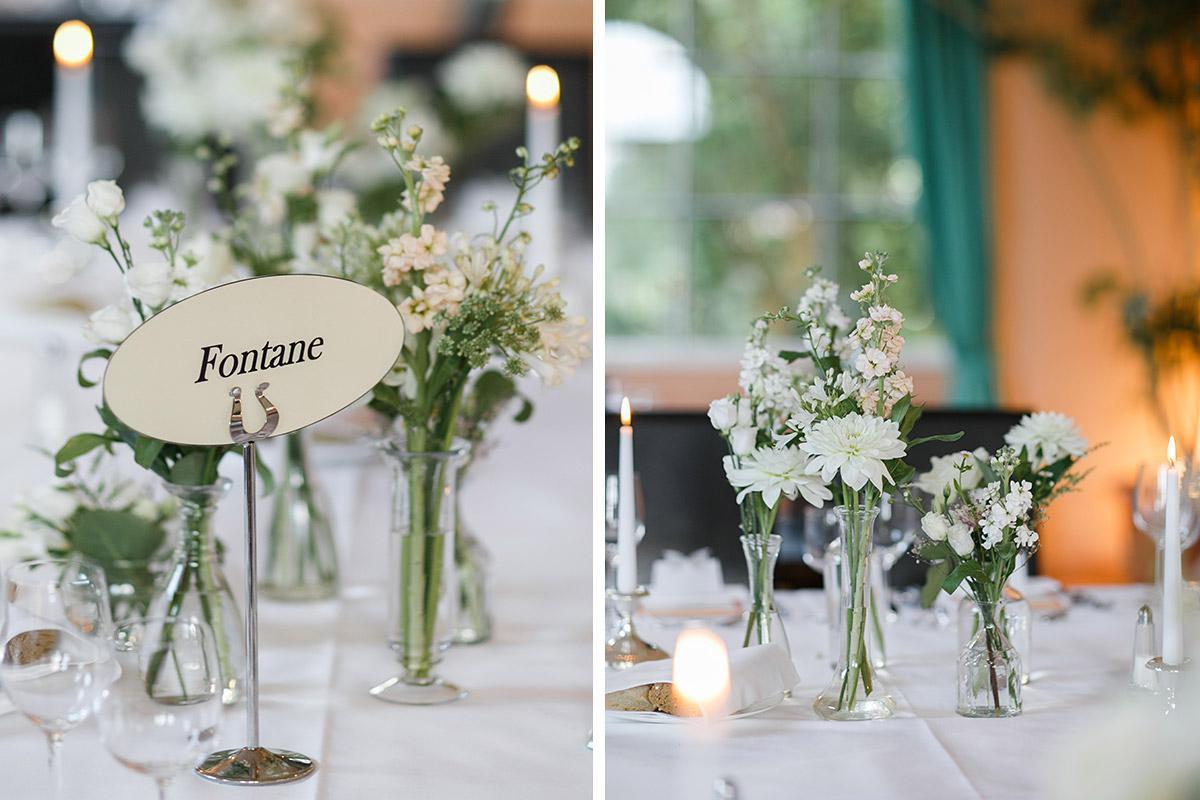 Hochzeitsfotos von sommerlicher Tischdekoration aus weißen Blumen - Schloss Ziethen Kremmen Hochzeitsfotograf © www.hochzeitslicht.de