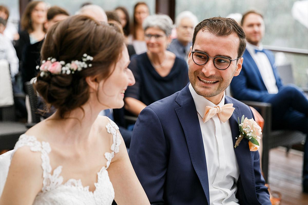 ungestelltes Hochzeitsfoto von emotionalem Brautpaar - Seelodge Kremmen Hochzeitsfotograf © www.hochzeitslicht.de