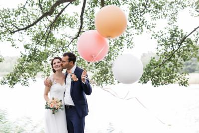 Brautpaarfoto am See mit Luftballons bei Vintagehochzeit - Seelodge Kremmen Hochzeitsfotograf © www.hochzeitslicht.de