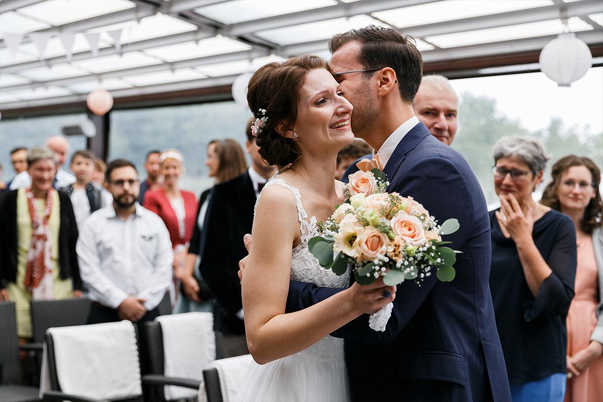 First Look von Brautpaar bei Trauung - Seelodge Kremmen Hochzeitsfotograf © www.hochzeitslicht.de