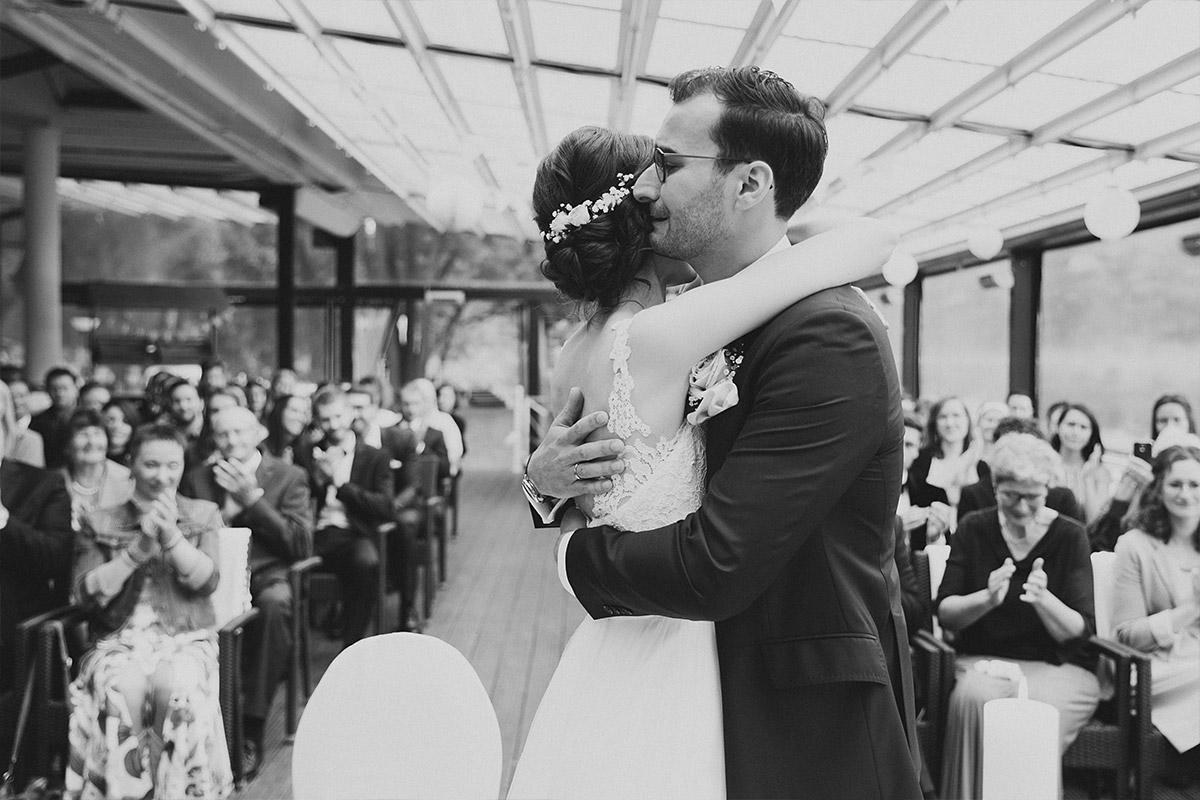 emotionales Hochzeitsfoto bei Trauung - Seelodge Kremmen Hochzeitsfotograf © www.hochzeitslicht.de