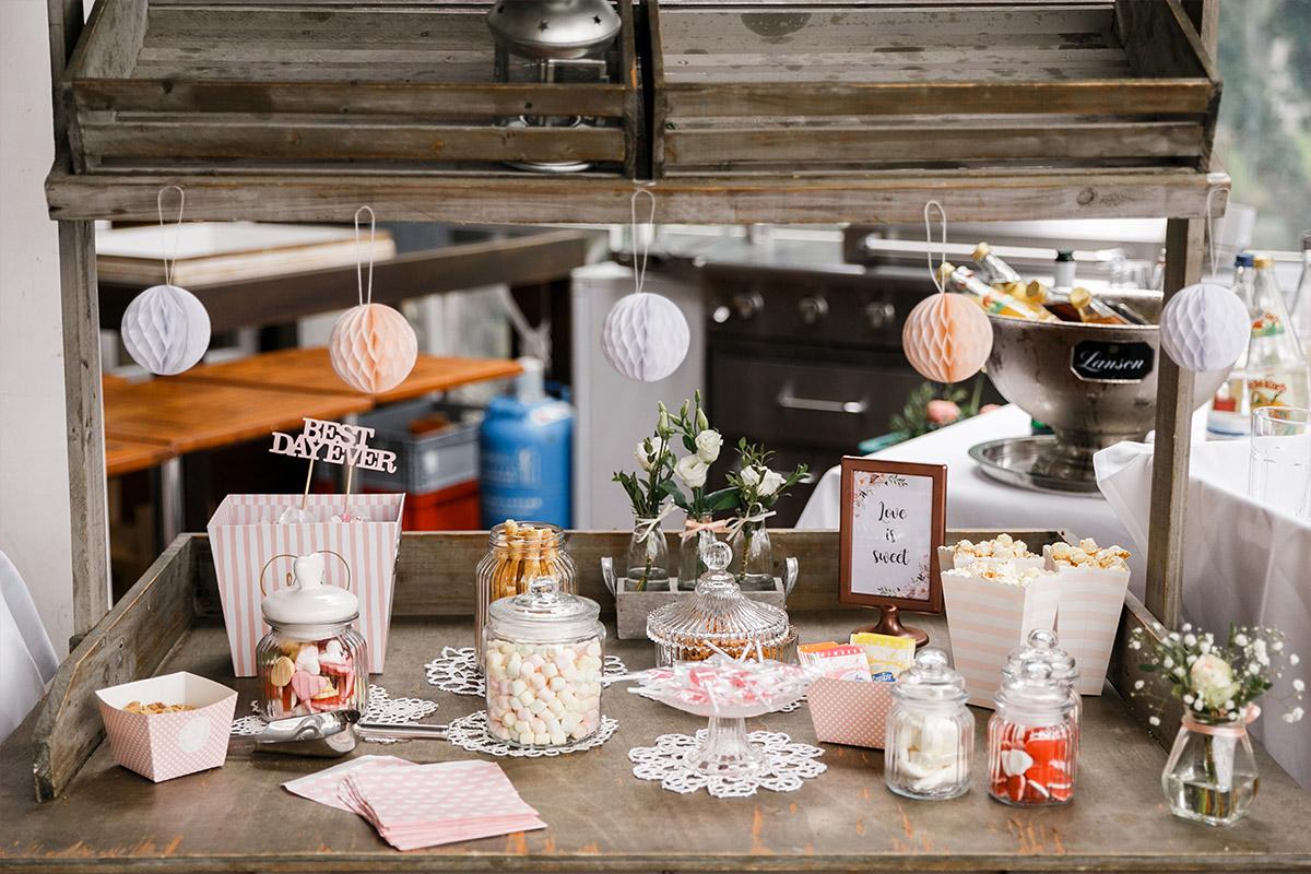 Candybar im Retrolook mit pastellfarbener Deko bei Vintagehochzeit - Seelodge Kremmen Hochzeitsfotograf © www.hochzeitslicht.de