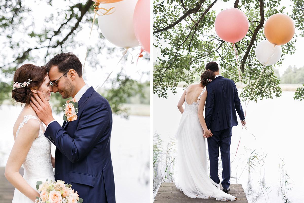 romantisches Brautpaarfoto mit Luftballons am See - Seelodge Kremmen Hochzeitsfotograf © www.hochzeitslicht.de
