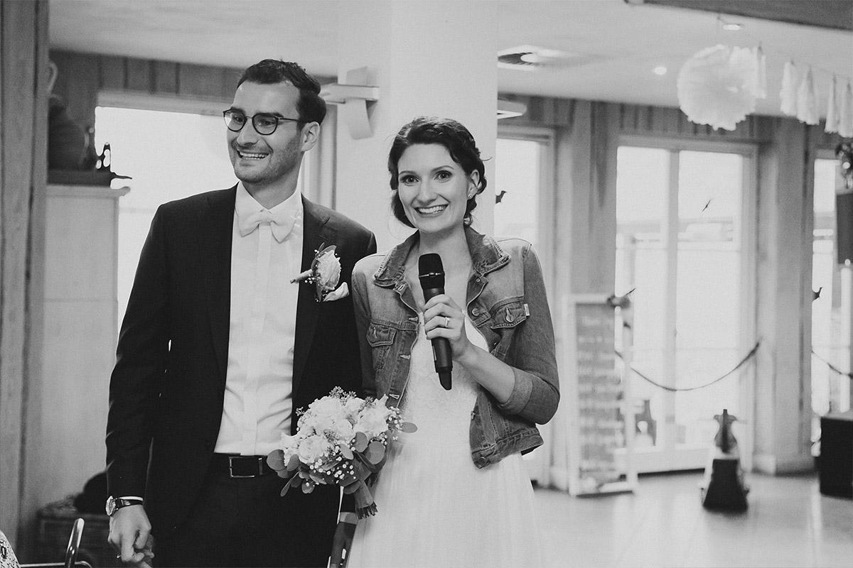 Hochzeitsreportagefoto von Rede des Brautpaars bei Hochzeitsfeier - Seelodge Kremmen Hochzeitsfotograf © www.hochzeitslicht.de