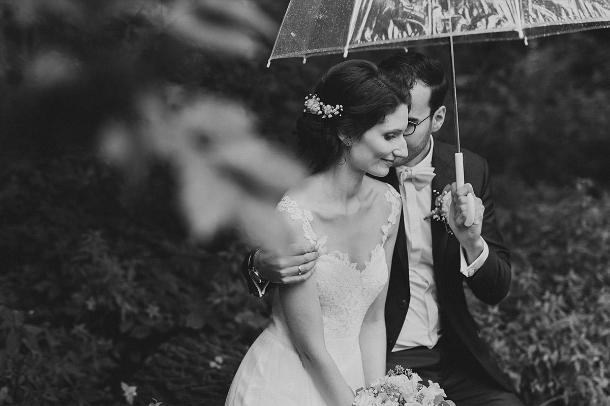 Brautpaarfoto mit durchsichtigem Regenschirm bei Regenhochzeit - Seelodge Kremmen Hochzeitsfotograf © www.hochzeitslicht.de