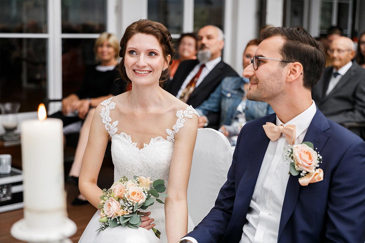 authentisches Brautpaarfoto bei Trauung - Seelodge Kremmen Hochzeitsfotograf © www.hochzeitslicht.de