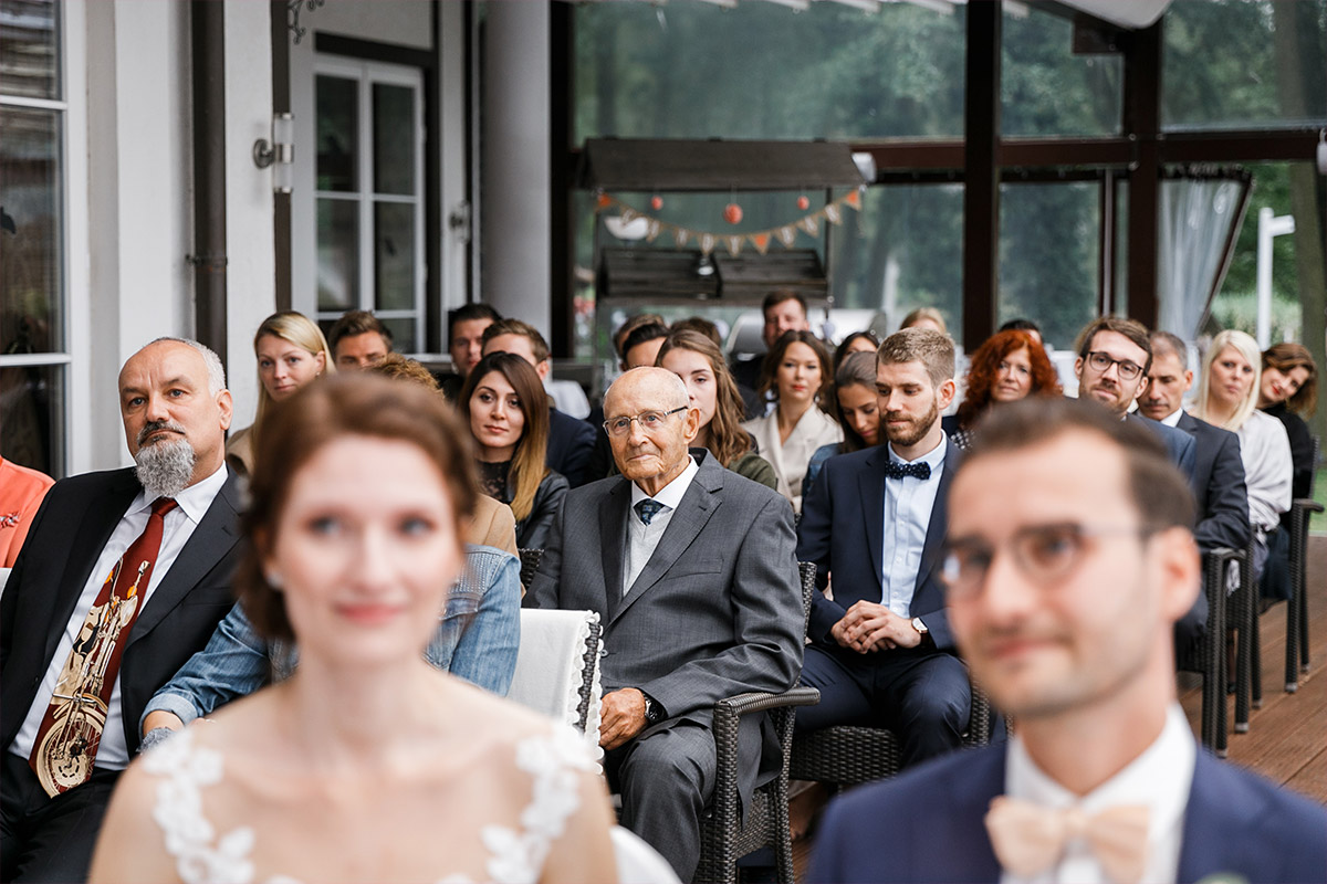 Hochzeitsfoto von Gästen bei Trauung - Seelodge Kremmen Hochzeitsfotograf © www.hochzeitslicht.de