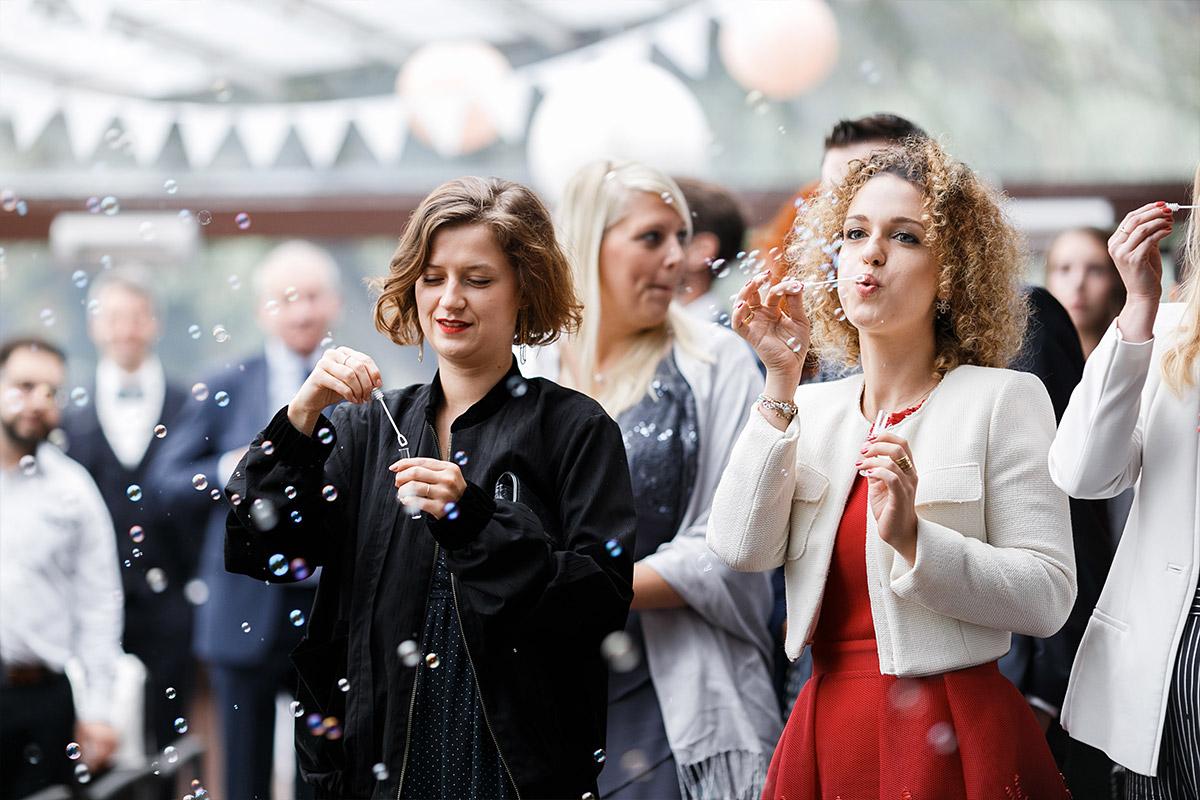 Gratulation der Gäste mit Seifenblasen bei Auszug Brautpaar - Seelodge Kremmen Hochzeitsfotograf © www.hochzeitslicht.de