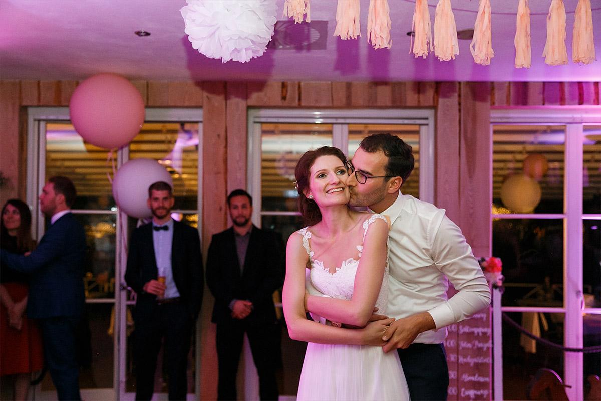 Hochzeitsfoto von Brautpaar bei Party am Abend - Seelodge Kremmen Hochzeitsfotograf © www.hochzeitslicht.de
