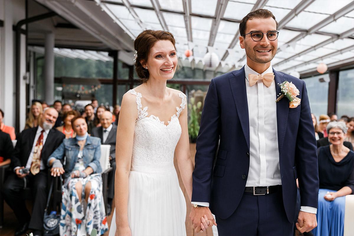 Brautpaar bei Ja-Wort - Seelodge Kremmen Hochzeitsfotograf © www.hochzeitslicht.de