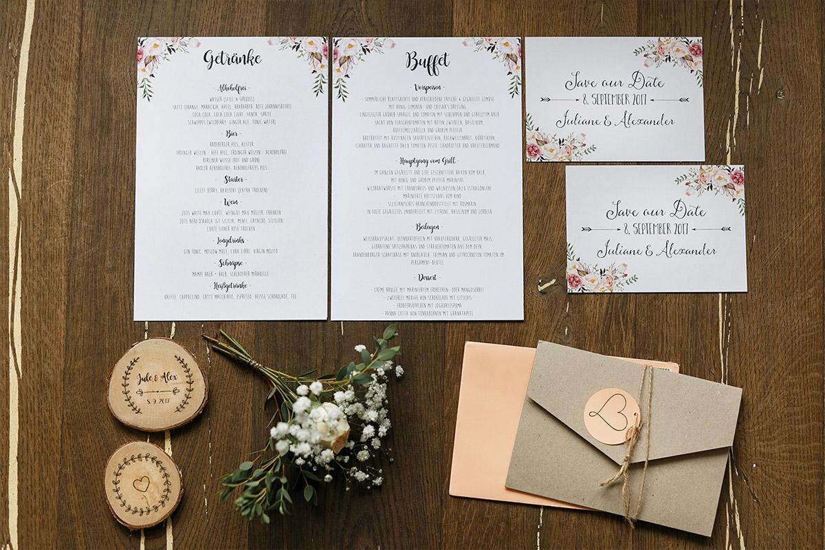Hochzeitsfotos von natürlicher Hochzeitspapeterie mit Blumen in Pastelltönen und Tischkarten aus Holz - Seelodge Kremmen Hochzeitsfotograf © www.hochzeitslicht.de