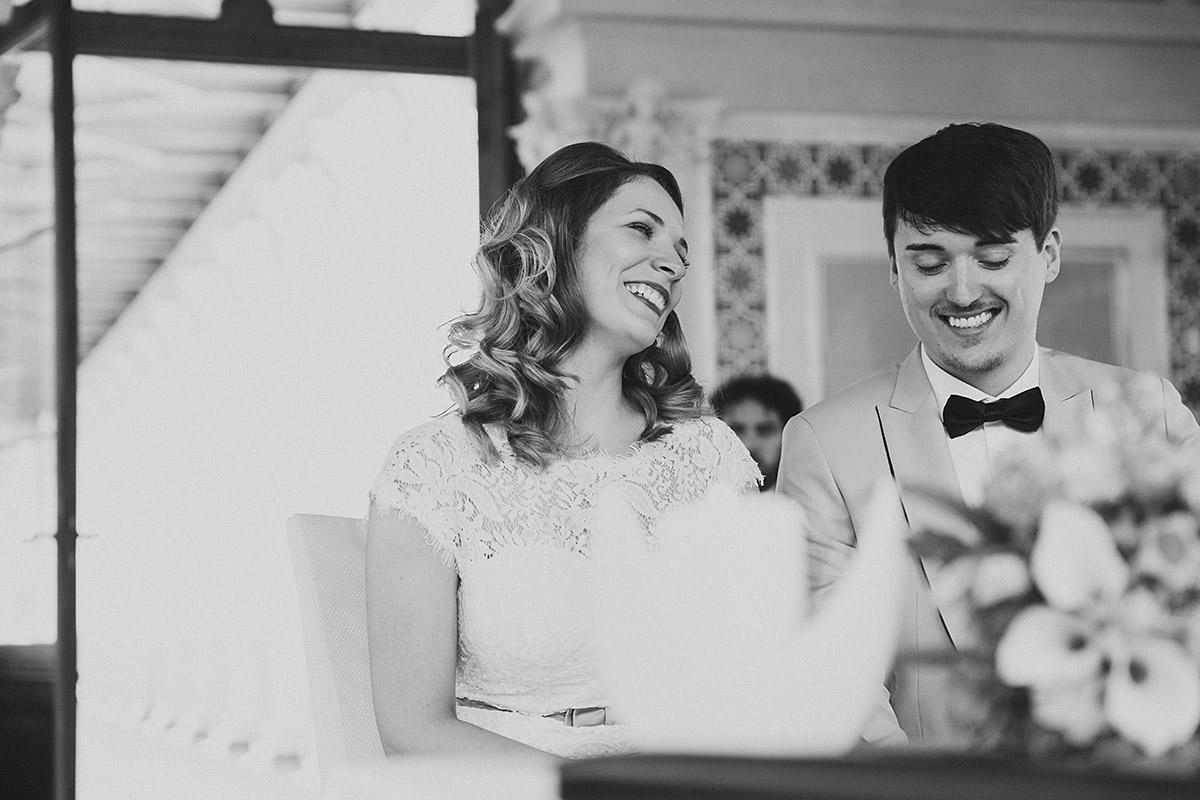 authentisches Brautpaarfoto bei Hochzeit im Belvedere Potsdam - Berlin Hochzeitsfotograf © www.hochzeitslicht.de