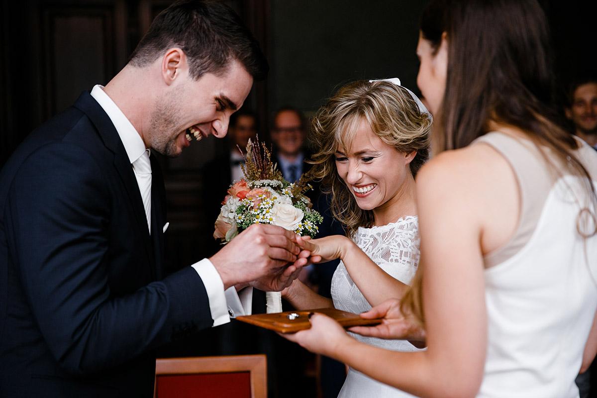 ungestelltes Hochzeitsfoto beim Ringtausch im Standesamt Neukölln - Berlin Friedrichshain Hochzeitsfotograf © www.hochzeitslicht.de