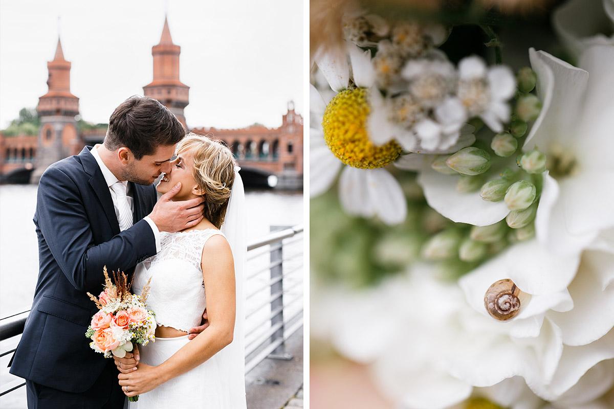 romantisches Brautpaarfoto an Oberbaumbrücke und Detailfoto von Brautstrauß mit kleiner Schnecke - Berlin Friedrichshain Hochzeitsfotograf © www.hochzeitslicht.de