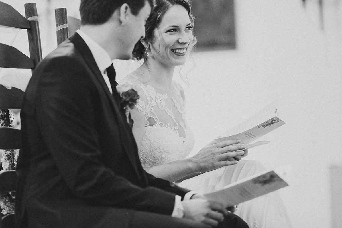 ungestelltes Brautpaarfoto bei kirchlicher Trauung Tempelhof - Berlin Hochzeitsfotograf © www.hochzeitslicht.de