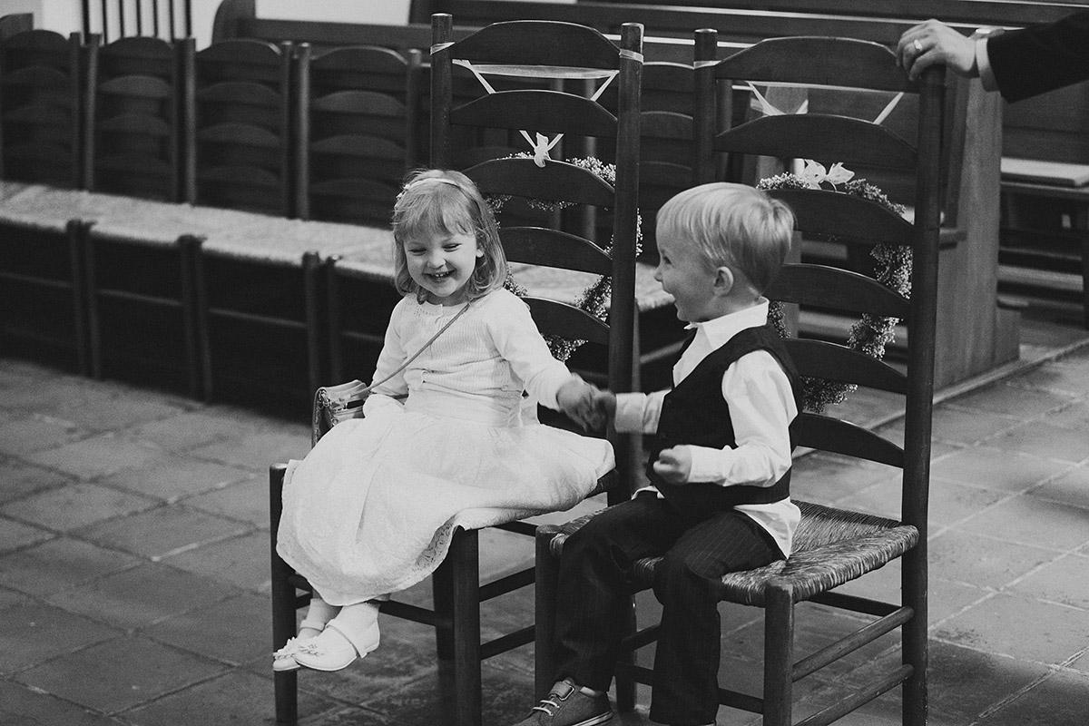 kleine Hochzeitsgäste bei kirchlicher Trauung in Alter Dorfkirche Tempelhof - Berlin Hochzeitsfotograf © www.hochzeitslicht.de