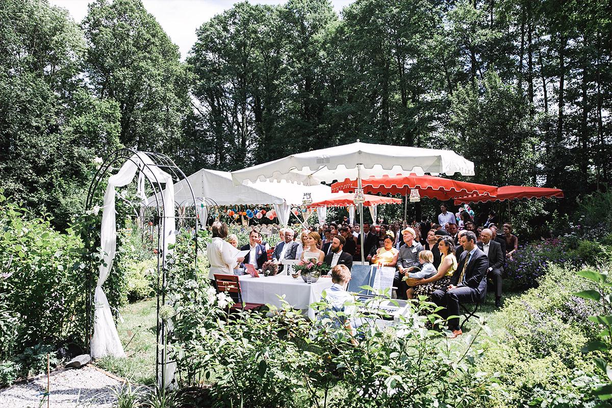 Trauung im Garten - DIY Gartenhochzeit Spreewald Hochzeitsfotograf © www.hochzeitslicht.de